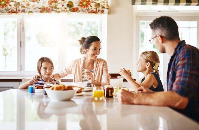 Una famiglia che fa colazione.