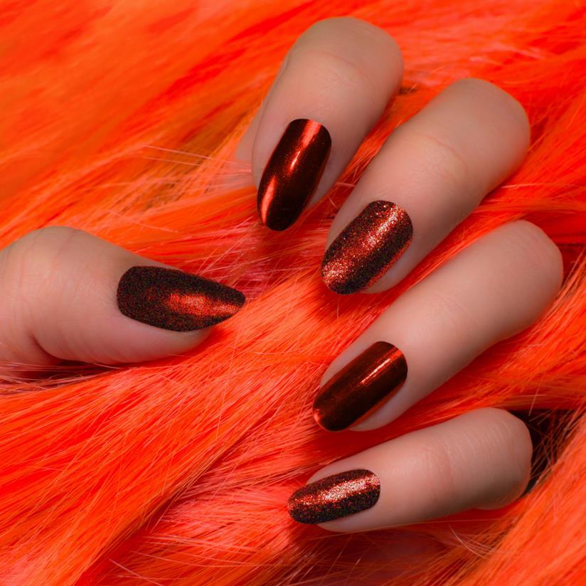 Manicure marrone con unghie lunghe