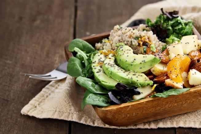 Un piatto di insalata di avocado, quinoa e semi di chia