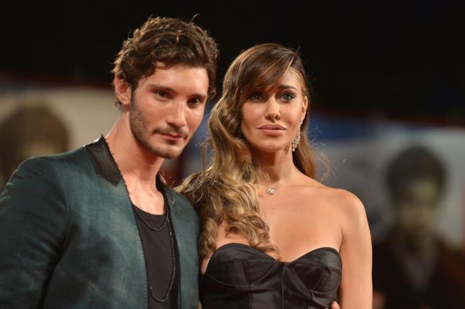 C'è il bacio tra Belen e Stefano De Martino, passione a Napoli