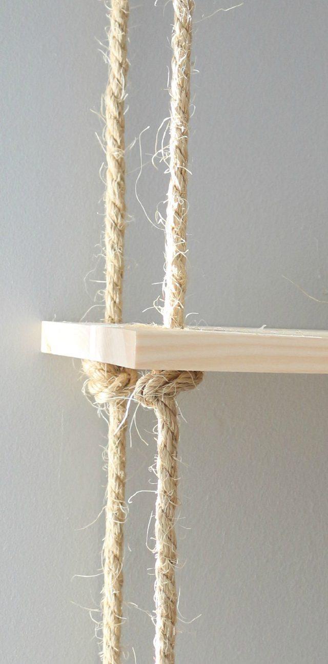 Dettaglio della corda annodata dopo essere passata per i fori delle tavole