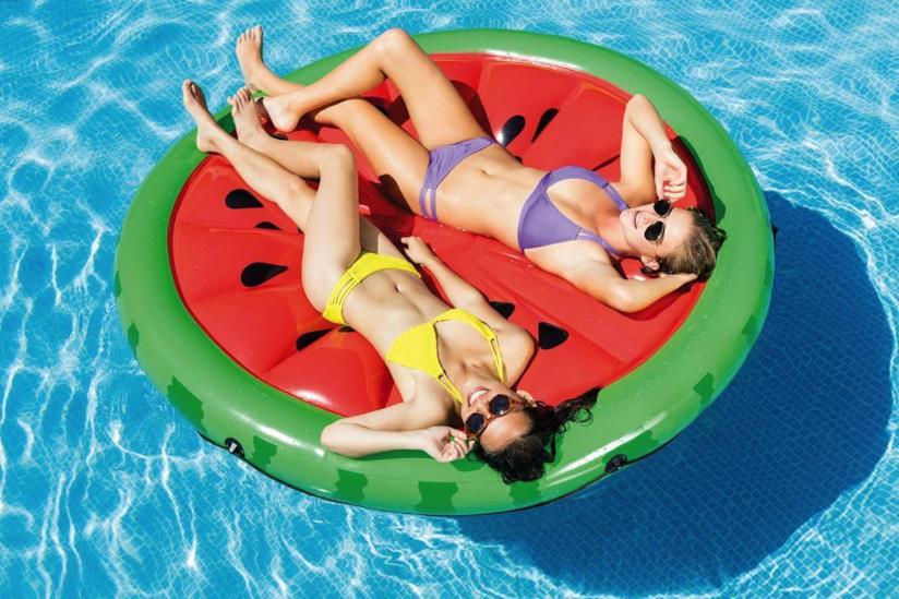 Materassino galleggiante Intex da piscina a forma di anguria.