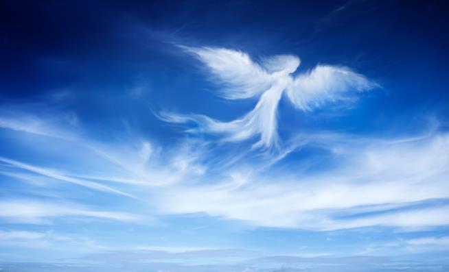 Figura di angelo disegnata tra le nuvole