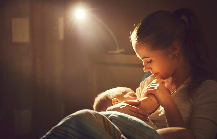 Donna allatta al buio