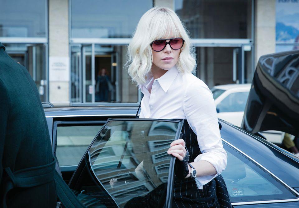 Charlize Theron sale in auto in Atomica Bionda