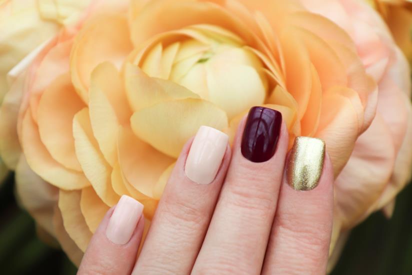 Manicure degradè con smalto marrone e beige