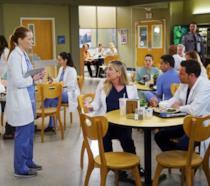 Arizona e Alex vengono interrotti in mensa da Penny Blake