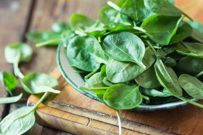 Piatto di spinaci freschi