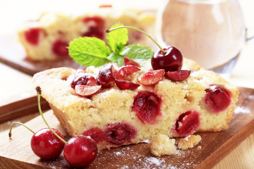 Torta con yogurt e ciliegie