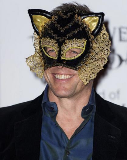 Hugh Grant con una maschera da gatto