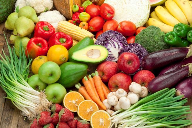 frutta e verdure di diversi tipi disposti su una tavola
