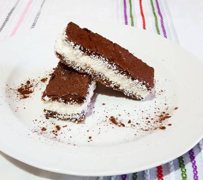 Fetta di torta al cacao con crema
