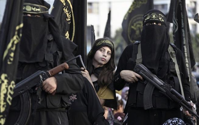 Una ragazza appartenente allo Stato Islamico