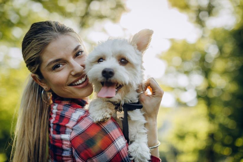 Una donna tiene tra le braccia il proprio cane