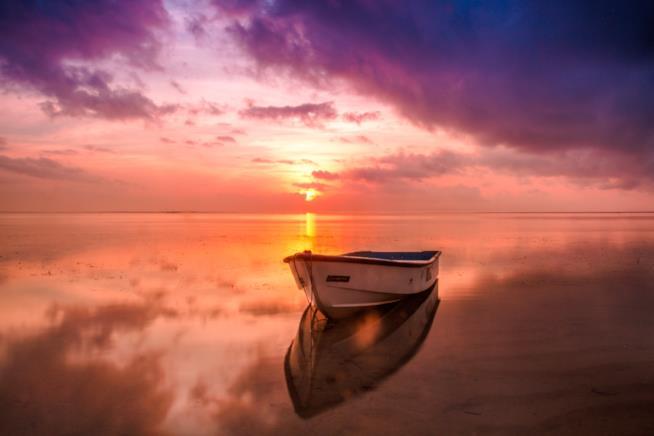 Barca sul lago al tramonto