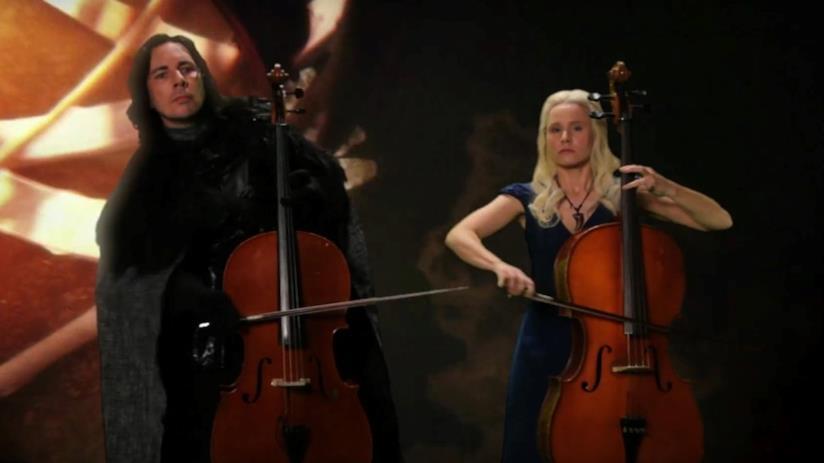 Kristen Bell e Dax Shepard travestiti da Jon Snow e Daenerys Targaryen che suonano il contrabbasso