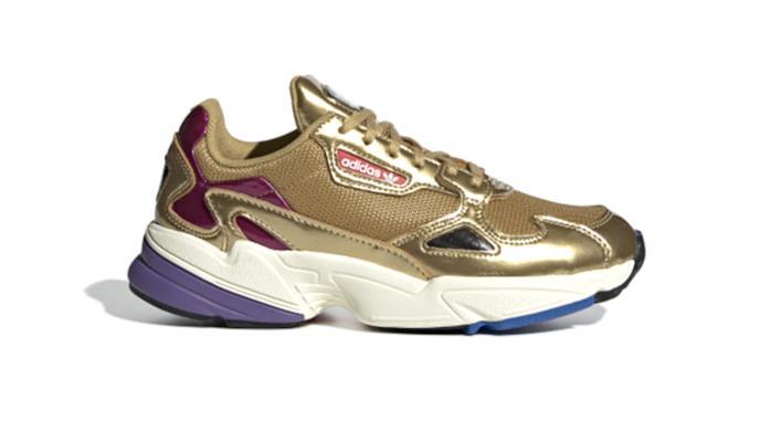 Adidas Falcon oro con dettagli fucsia