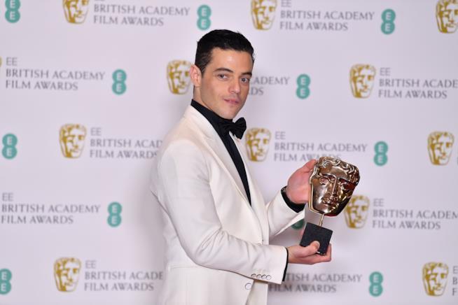 Rami Malek con il suo premio BAFTA