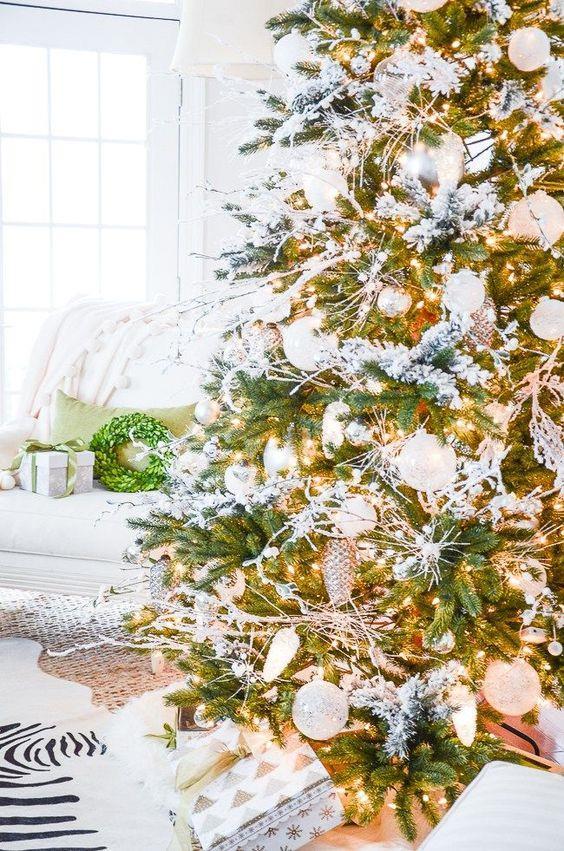 Albero natalizio con elementi bianchi e dorati
