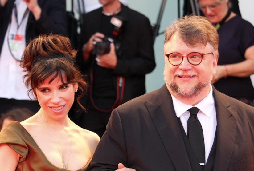 Sally Hawkins e Guillermo Del Toro sfilano a braccetto sul red carpet di The Shape of Water.