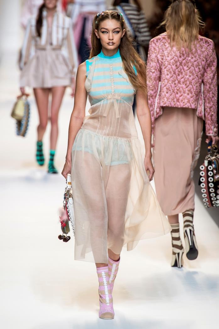 Gigi Hadid sfila per Fendi