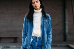 Modella indossa con stile la giacca di jeans