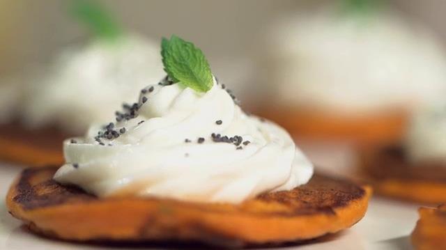 Deliziosi pancakes aromatizzati con basilico, pomodoro e formaggio