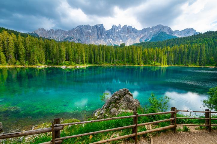 Il Lago di Carezza circondato da una foresta di abeti