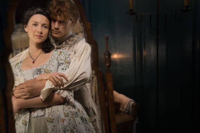 Claire e Jamie abbracciati