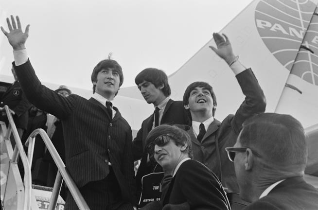 I Beatles salutano i fan da un aereo