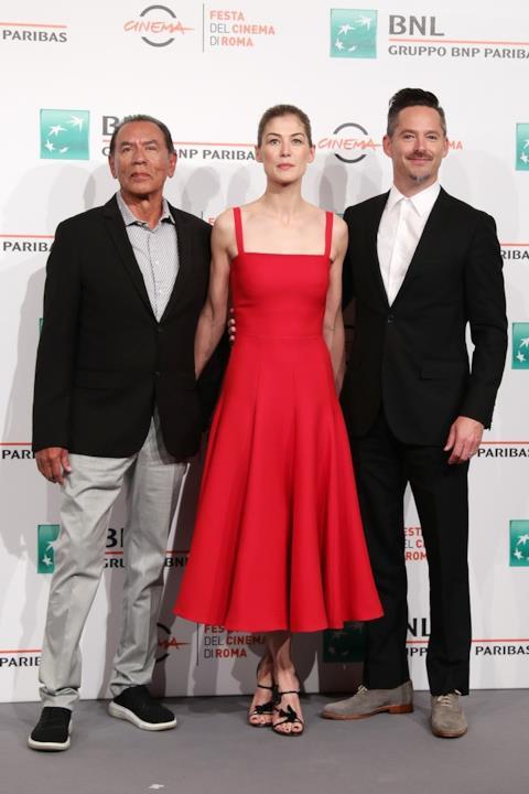 Rosamund Pike posa con i colleghi alla Festa del Cinema di Roma