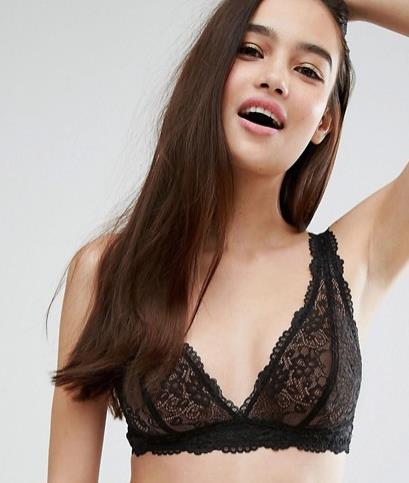 Modella indossa bralette nero in pizzo