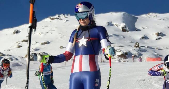 Una sciatrice con la tuta Marvel