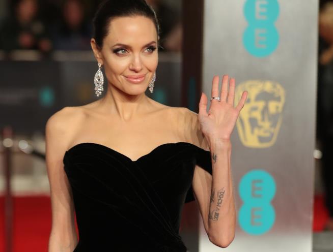 Angelina Jolie accusa l'ex marito Brad Pitt