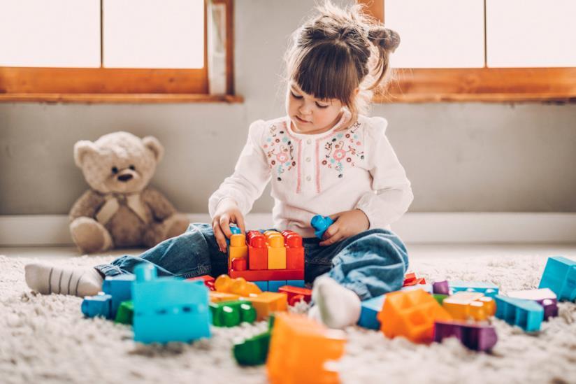 Bambina gioca con le costruzioni