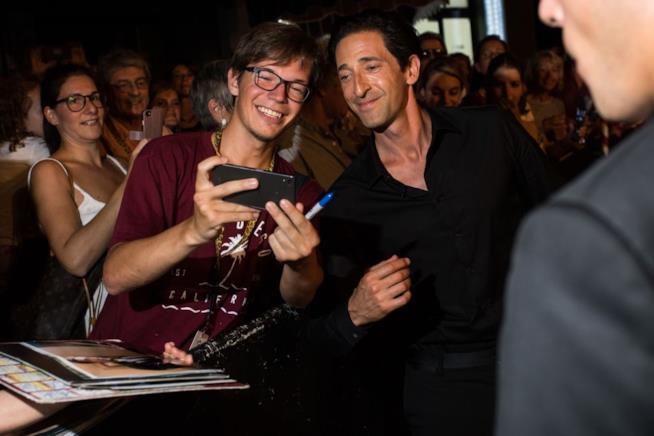 Adrien Brody si lascia fotografare dai fan