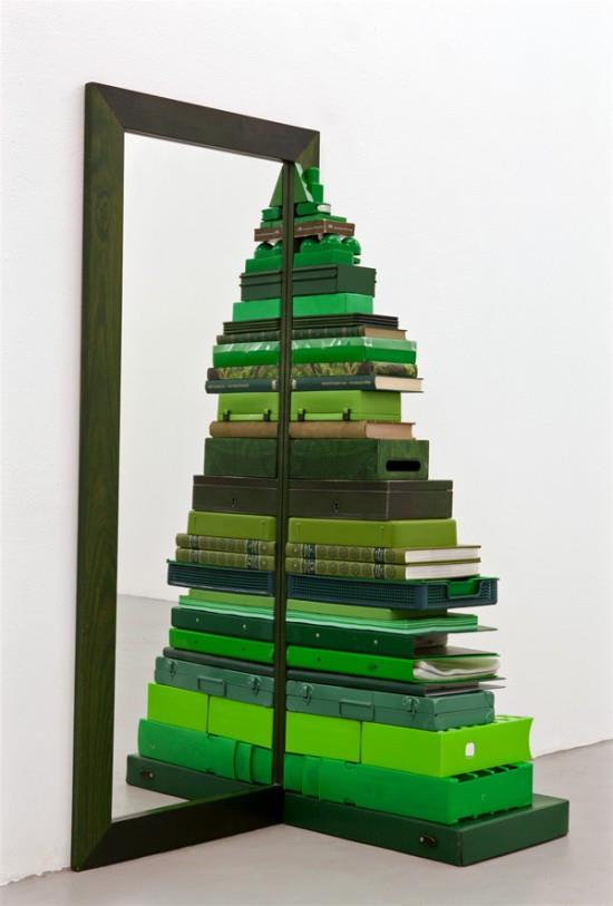 Albero di Natale realizzato con oggetti di casa