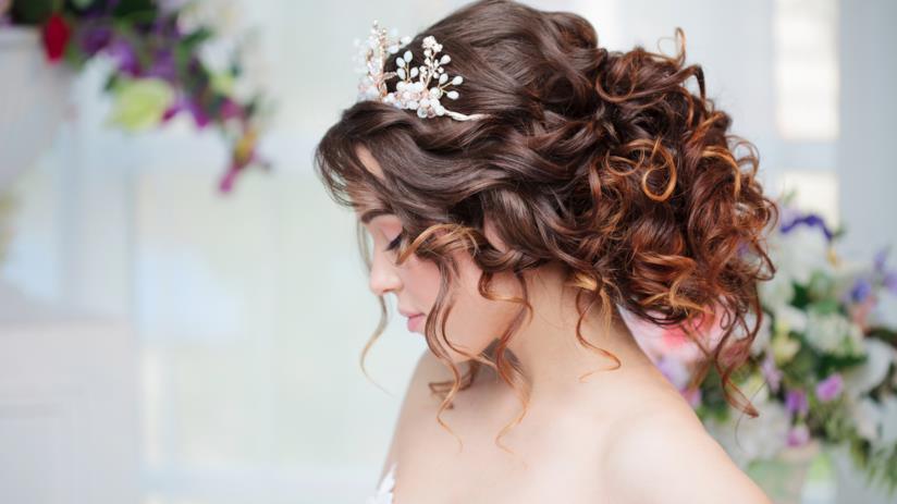 Sposa con acconciatura capelli ricci