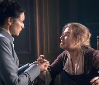 Claire e la veggente che le stringe la mano