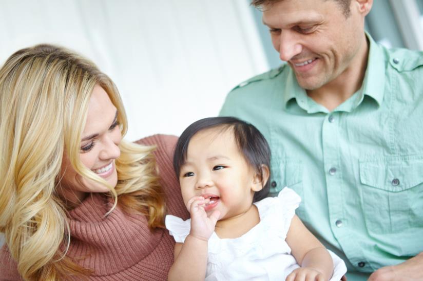 Famiglia che adotta un figlio