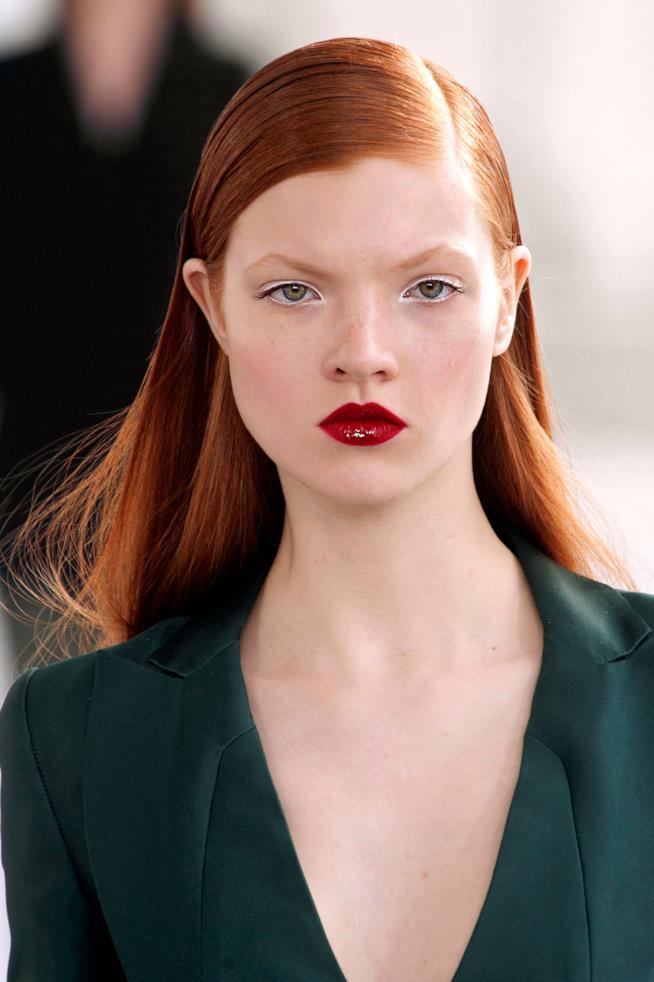 Ragazza con capelli rossi e lisci