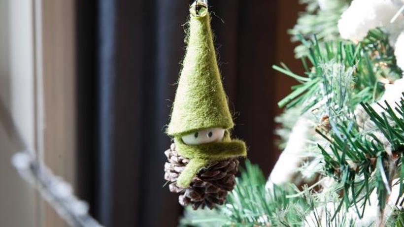 L'elfo fai da te appeso ai rami di un albero di Natale