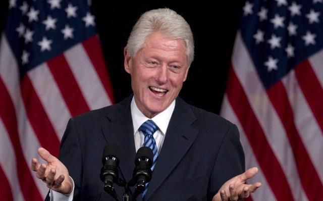 L'ex Presidente USA Bill Clinton di fronte a dei microfoni