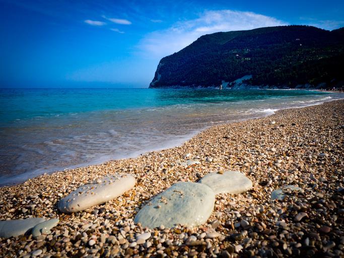 I sassolini che caratterizzano la spiaggia dei Sassi Neri.