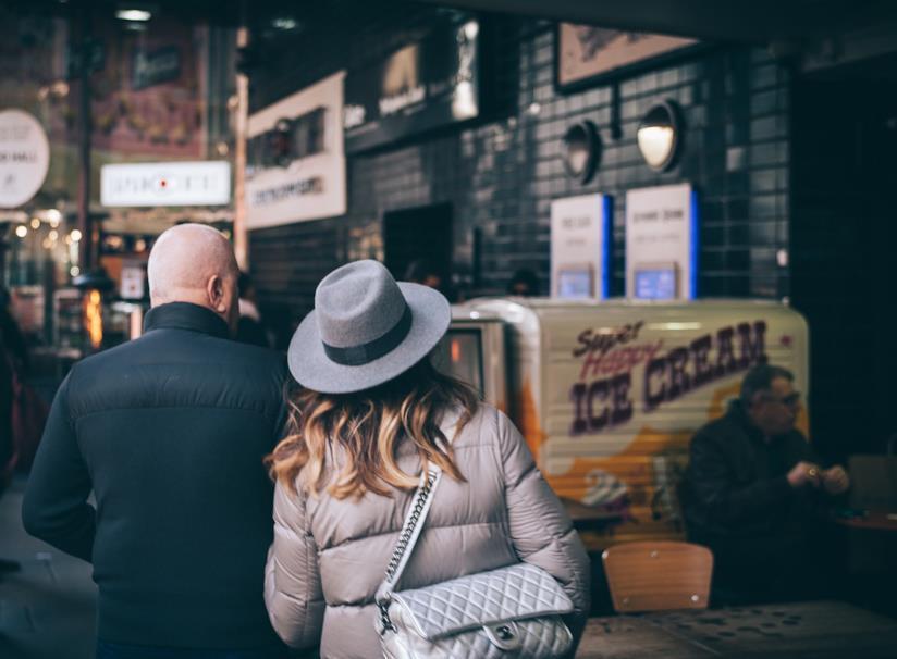 Due fidanzati di spalle che camminano insieme