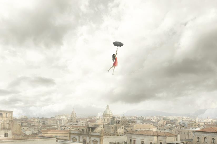 Ragazza vola con un ombrello