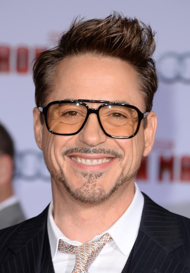 Robert Downey Jr. sorride all'obiettivo della macchina fotografica
