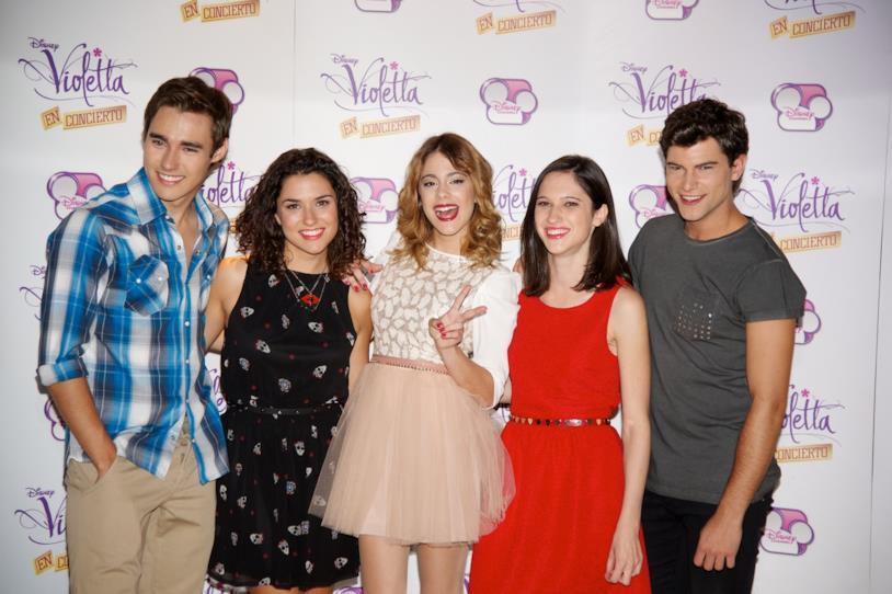 Il cast di Violetta con Lodovica Comello