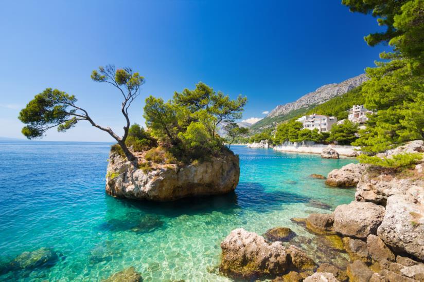 Lo spot più caratteristico di Brela: la roccia con pini in mezzo al mare