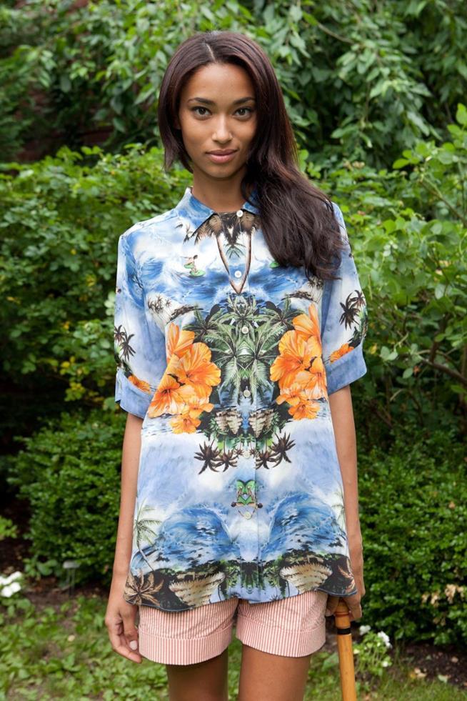 Modella con look Tie-dye proposto da Stella McCartney